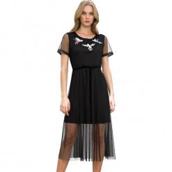 Sukienka w kolorze czarnym. Czarne sukienki marki Almatrichi, z tiulu, z okrągłym kołnierzem, midi, proste. W wyprzedaży za 179,95 zł.