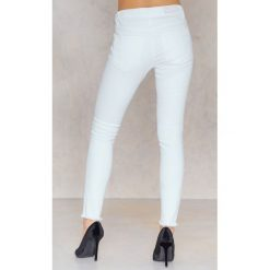 Rut&Circle Dżinsy Victoria - White. Białe jeansy damskie skinny Rut&Circle, z denimu. Za 183,95 zł.