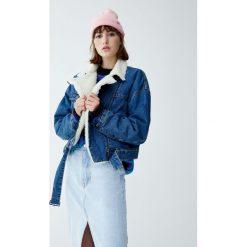 Krótka kurtka jeansowa ze sztucznym barankiem. Niebieskie kurtki damskie jeansowe marki Pull&Bear. Za 199,00 zł.