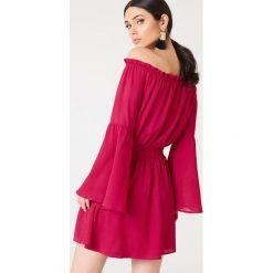 NA-KD Boho Sukienka z odkrytymi ramionami i szerokim rękawem - Pink. Niebieskie sukienki boho marki NA-KD Boho, na imprezę, w koronkowe wzory, z koronki, na ramiączkach, mini. W wyprzedaży za 73,17 zł.