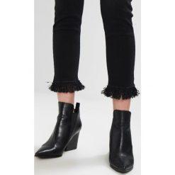 Morgan Jeansy Slim Fit noir. Czarne jeansy damskie marki Morgan, z bawełny. W wyprzedaży za 287,10 zł.