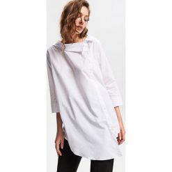 Asymetryczna koszula - Biały. Białe koszule wiązane damskie Reserved, z asymetrycznym kołnierzem. Za 89,99 zł.