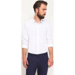 KOSZULA DŁUGI RĘKAW MĘSKA. Szare koszule męskie slim marki Top Secret, eleganckie, z chokerem. Za 69,99 zł.