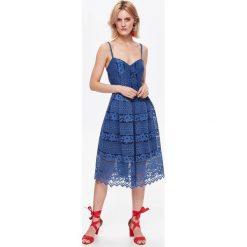 SUKIENKA DAMSKA, ZA KOLANO, TALIOWANA. Szare sukienki balowe marki Top Secret, na lato, s, z koronki. Za 94,99 zł.