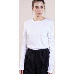 Tibi Bluzka z długim rękawem white. Białe bluzki longsleeves Tibi, l, z bawełny. W wyprzedaży za 799,50 zł.