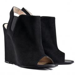 Skórzane sandały w kolorze czarnym. Czarne sandały damskie BOHOBOCO, na koturnie. W wyprzedaży za 949,95 zł.