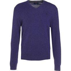 Polo Ralph Lauren LORYELLE Sweter antique purple. Fioletowe swetry klasyczne męskie marki Polo Ralph Lauren, m, z materiału, polo. W wyprzedaży za 377,40 zł.