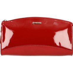 Kosmetyczka. Czerwone kosmetyczki damskie marki Gino Rossi, z lakierowanej skóry. Za 139,90 zł.