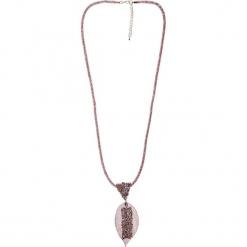 Długi naszyjnik z błyszczącym liściem QUIOSQUE. Czerwone naszyjniki damskie marki QUIOSQUE, srebrne. Za 59,99 zł.