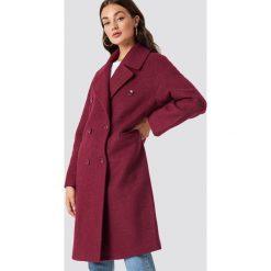 NA-KD Trend Dwurzędowy płaszcz oversize - Pink,Purple. Białe płaszcze damskie marki NA-KD Trend, z nadrukiem, z jersey, z okrągłym kołnierzem. Za 364,95 zł.