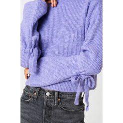 Swetry klasyczne damskie: NA-KD Krótki sweter z wiązanym rękawem – Purple