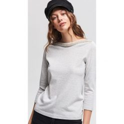 Sweter z aplikacją z koralików - Jasny szar. Szare swetry klasyczne damskie Reserved, l. Za 69,99 zł.