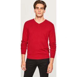 Sweter z dekoltem w serek - Czerwony. Szare swetry klasyczne męskie marki Reserved, l, w paski, z klasycznym kołnierzykiem. Za 79,99 zł.