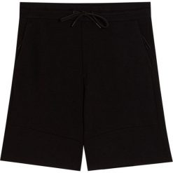 Bermudy jogging z piki. Czarne bermudy męskie Pull&Bear. Za 69,90 zł.