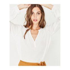 Koszula damska. Szare koszule wiązane damskie Promod, na lato, z tkaniny, klasyczne, z kopertowym dekoltem. Za 59,50 zł.