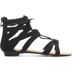 Czarne Sandały Something Crazy. Czarne sandały dziewczęce marki Born2be, z materiału, z otwartym noskiem, na zamek. Za 39,99 zł.