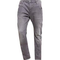 GStar ARC 3D SLIM Jeansy Relaxed fit accel grey stretch denim. Białe jeansy męskie relaxed fit marki G-Star, z nadrukiem. W wyprzedaży za 275,40 zł.