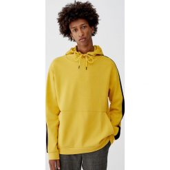 Bluza z kapturem i pasami na rękawach. Żółte bluzy męskie rozpinane Pull&Bear, m, z kapturem. Za 79,90 zł.