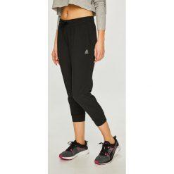 Reebok - Spodnie. Szare spodnie sportowe damskie marki Reebok, l, z dzianiny, z okrągłym kołnierzem. Za 149,90 zł.