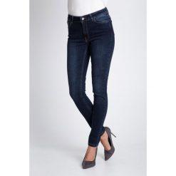 Granatowe dopasowane jeansy QUIOSQUE. Szare jeansy damskie QUIOSQUE, w paski, z denimu. W wyprzedaży za 149,99 zł.