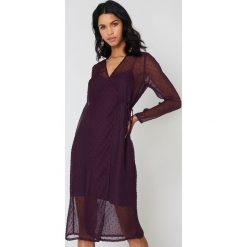 Qontrast X NA-KD Sukienka zakładana z kropki - Purple. Fioletowe sukienki mini marki Qontrast x NA-KD, w kropki, z kopertowym dekoltem, kopertowe. W wyprzedaży za 60,98 zł.