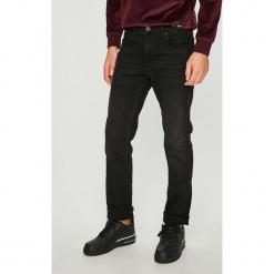Wrangler - Jeansy Greensboro. Czarne jeansy męskie regular Wrangler. Za 329,90 zł.