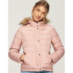 Pikowana kurtka z kapturem - Różowy. Czerwone kurtki damskie pikowane Sinsay, l, z kapturem. W wyprzedaży za 99,99 zł.
