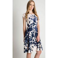 Wzorzysta sukienka ze zwiewnym dołem BIALCON. Szare sukienki balowe BIALCON, na imprezę, l, z klasycznym kołnierzykiem, z krótkim rękawem, mini. Za 415,00 zł.