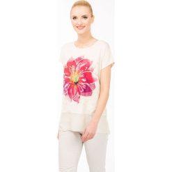 T-shirt z barwnym kwiatem. Szare t-shirty damskie marki Monnari, z nadrukiem, z wiskozy. Za 47,60 zł.