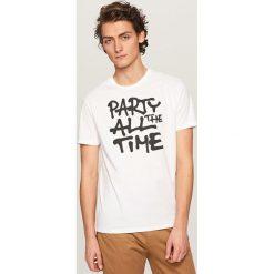 T-shirty męskie: T-shirt z kontrastowym nadrukiem – Biały
