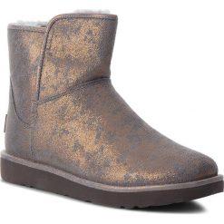 Buty UGG - W Abree Mini 1094675 W/Gunm. Szare buty zimowe damskie Ugg, ze skóry, na niskim obcasie. W wyprzedaży za 569,00 zł.
