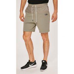 Nike Sportswear - Szorty. Różowe spodenki sportowe męskie marki Nike Sportswear, l, z nylonu, z okrągłym kołnierzem. W wyprzedaży za 139,90 zł.