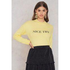 Sweter w kolorze żółtym. Żółte swetry klasyczne damskie marki NA-KD, xs, z dzianiny, ze stójką. W wyprzedaży za 105,95 zł.