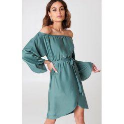 NA-KD Sukienka z odkrytymi ramionami - Green. Zielone długie sukienki marki NA-KD, z poliesteru, z długim rękawem, z odkrytymi ramionami. Za 161,95 zł.