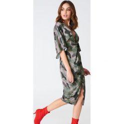 Sukienki hiszpanki: Hannalicious x NA-KD Satynowa sukienka kimono z rozcięciem – Green