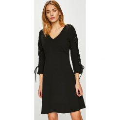 Morgan - Sukienka. Czarne sukienki dzianinowe marki Mohito, l, proste. W wyprzedaży za 239,90 zł.