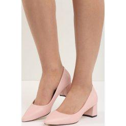 Różowe Czółenka Wide-Eyed. Czerwone buty ślubne damskie Born2be, ze szpiczastym noskiem, na niskim obcasie, na słupku. Za 49,99 zł.