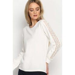 Biała Bluzka Lace Strap. Szare bluzki koronkowe marki QUIOSQUE, z dekoltem na plecach, z krótkim rękawem. Za 59,99 zł.