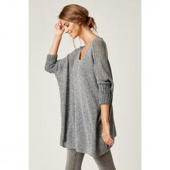 Sweter w kolorze szarym. Szare swetry klasyczne damskie marki SCUI, z okrągłym kołnierzem. W wyprzedaży za 139,95 zł.