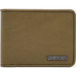 Portfel w kolorze khaki z logo. Brązowe portfele męskie Pull&Bear. Za 59,90 zł.