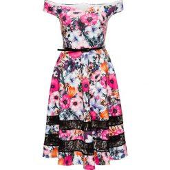 Sukienka w kwiaty bonprix różowo-biały. Czerwone sukienki hiszpanki bonprix, w kwiaty, z koronki, z kołnierzem typu carmen. Za 179,99 zł.