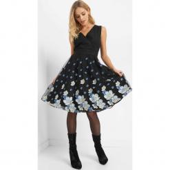 Tiulowa sukienka z haftem. Brązowe sukienki koktajlowe marki Mohito, l, z kopertowym dekoltem, kopertowe. Za 219,99 zł.