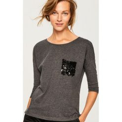 Koszulka z imitacją kieszonki - Szary. Szare t-shirty damskie marki Reserved, l. Za 39,99 zł.