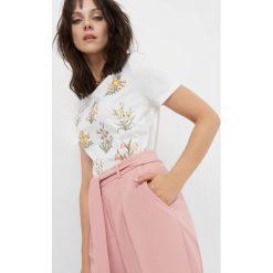 T-shirt z kwiatowym nadrukiem. Białe t-shirty damskie marki Orsay, xs, z haftami, z bawełny. W wyprzedaży za 40,00 zł.
