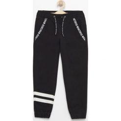 Chinosy chłopięce: Spodnie jogger - Czarny