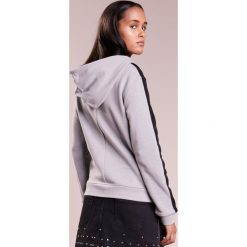 Emporio Armani Bluza rozpinana grey. Szare bluzy rozpinane damskie Emporio Armani, z bawełny. W wyprzedaży za 419,60 zł.