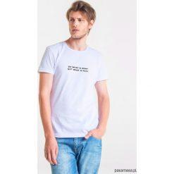 DO RIGHT Męski T-shirt. Szare t-shirty męskie Pakamera, m, z bawełny, z klasycznym kołnierzykiem. Za 99,00 zł.