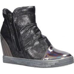 Srebrne sneakersy na koturnie Sergio Leone 28875. Czarne sneakersy damskie marki Sergio Leone. Za 89,99 zł.