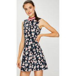 Review - Sukienka. Szare sukienki mini Review, na co dzień, l, z tkaniny, casualowe, z okrągłym kołnierzem, rozkloszowane. W wyprzedaży za 129,90 zł.