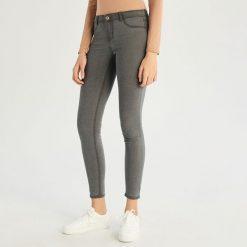 Jeansy skinny ze średnim stanem - Szary. Szare spodnie z wysokim stanem Sinsay, z jeansu. Za 39,99 zł.